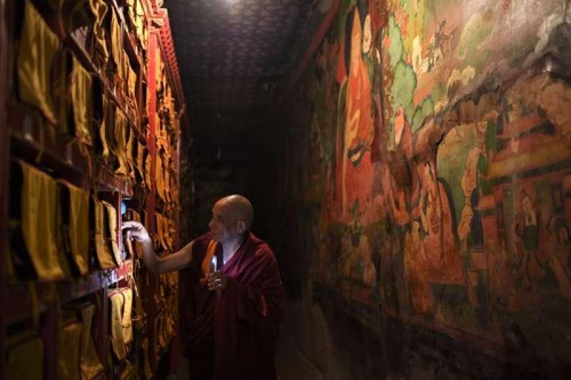 在布達拉宮守護了20多個年頭的燈香師洛桑曲紮。(新華社)