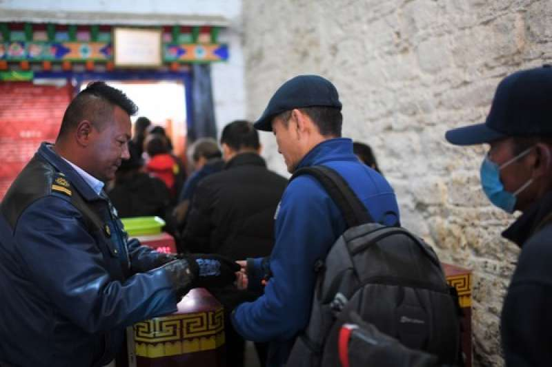 布達拉宮的安檢人員在核對參觀者的門票、身分證件等。(新華社)