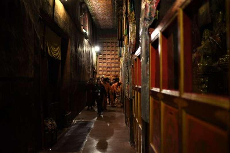 布達拉宮管理處的工作人員在殿堂值守。(新華社)