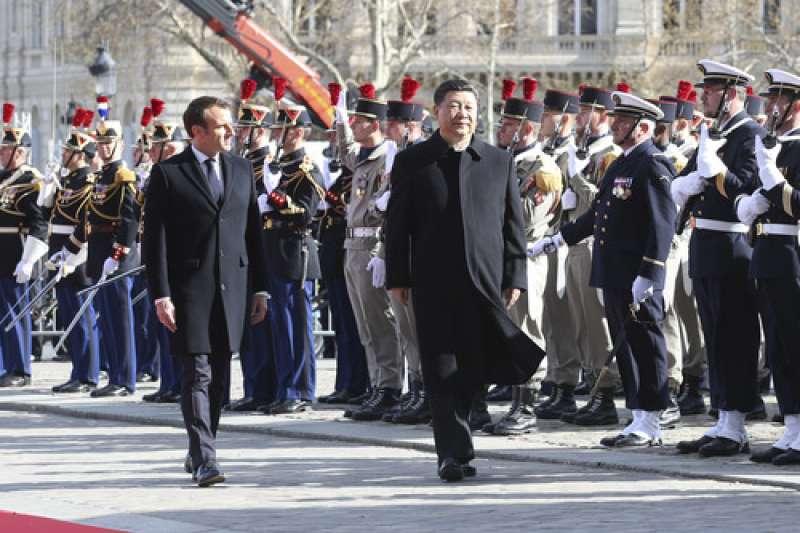 3月25日,(新華社)國家主席習近平在巴黎愛麗榭宮同法國總統馬克宏會談。會談前,馬克宏在凱旋門為習近平舉行歡迎儀式。(新華社)