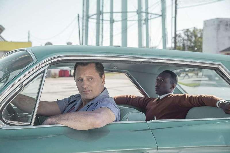 本屆奧斯卡最佳影片《幸福綠皮書》描述非裔美籍鋼琴家與義大利裔白人司機,在一趟巡迴演出中放下偏見成為人生摯友的動人故事。(圖/imdb)