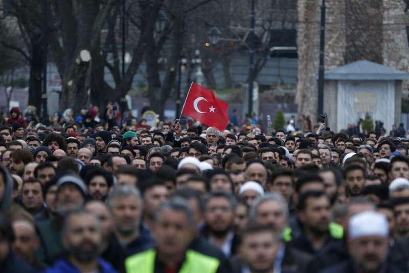 紐西蘭的清真寺大屠殺讓全球穆斯林都同感憤怒,土耳其伊斯坦堡的聖索菲亞大教堂外也出現大批民眾聚集哀悼示威。(美聯社)