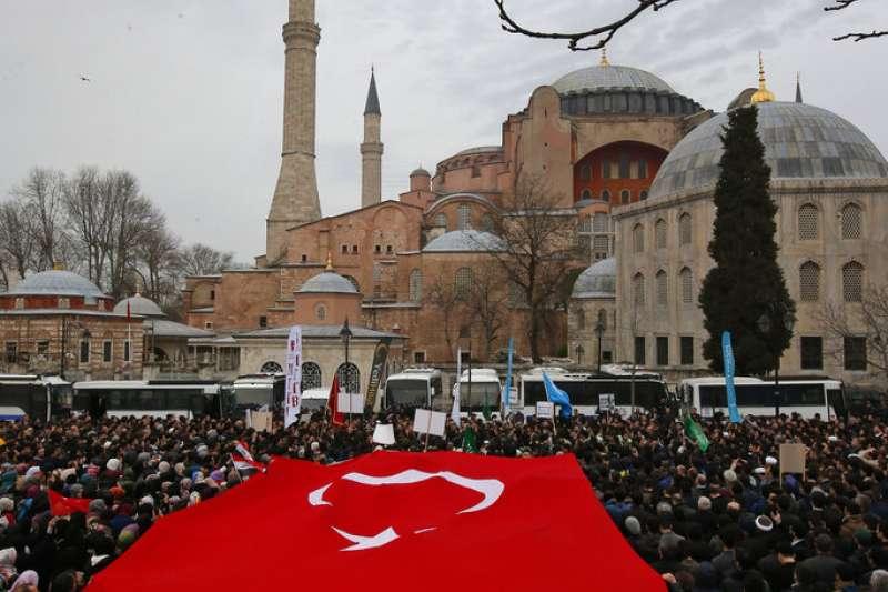 紐西蘭的清真寺大屠殺讓全球穆斯林都同感憤怒,土耳其伊斯坦堡的聖索菲亞博物館外也出現大批民眾聚集哀悼示威。(美聯社)