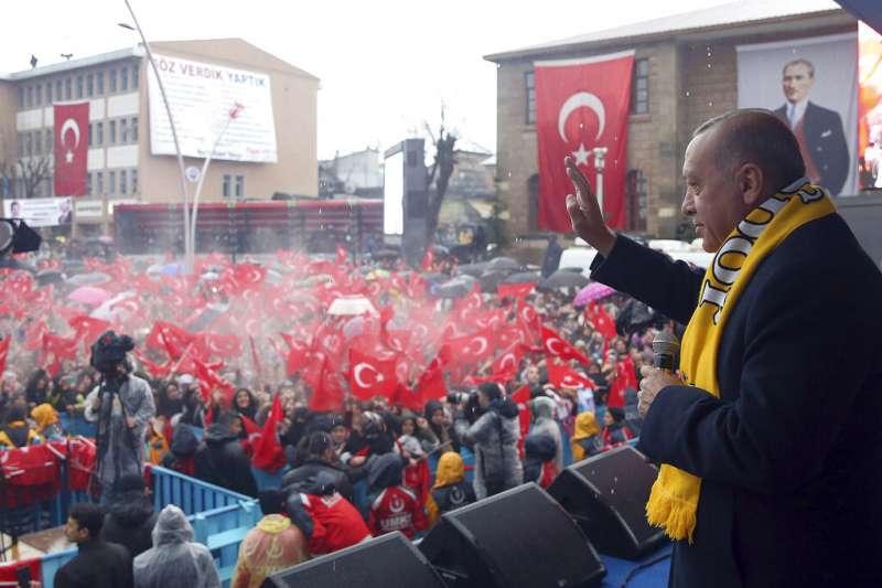 土耳其總統艾爾多安25日對正義與發展黨的支持者表示,他要將聖索菲雅大教亞改為清真寺。(美聯社)