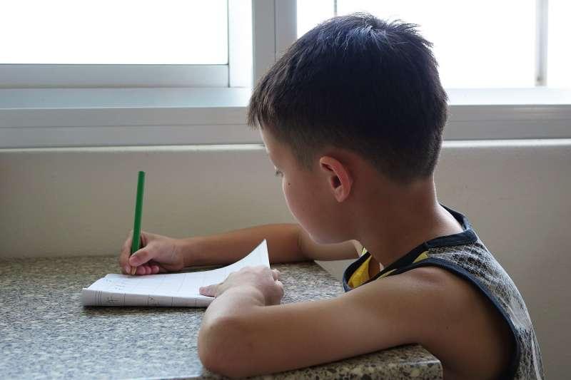 有多項國內外研究都強調,孩子就算智商高、能力強,但是情緒管理和社交能力不好,課業和學習表現也可能低於該有的水準。(示意圖圖/pixabay)