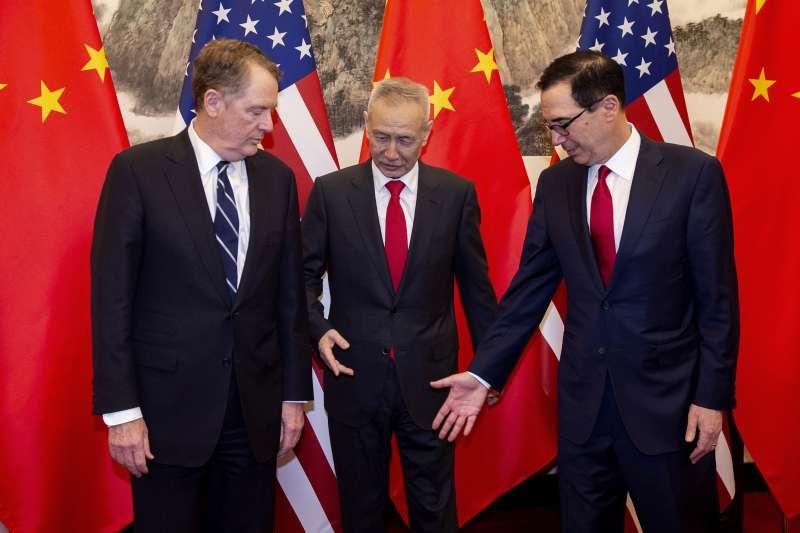 今年3月,北京、華府展開第八輪中美經貿高級別談判。左起:美國貿易代表萊特海澤、中國國務院副總理劉鶴、美國財務長馬努欽。(資料照,AP)