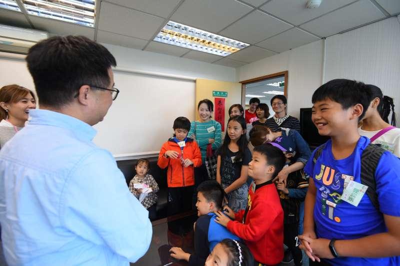 20190330-民進黨舉辦「兒童親子日」,開放中央黨部給小朋友參觀,秘書長羅文嘉也出席活動。(民進黨中央提供)
