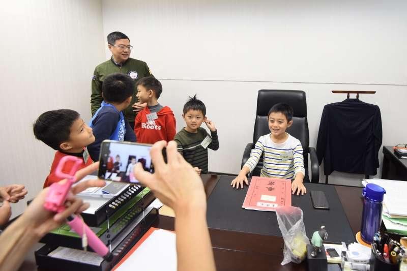 民進黨30日舉辦「兒童親子日」,開放中央黨部給小朋友參觀,黨主席卓榮泰也出席活動。(民進黨中央提供)