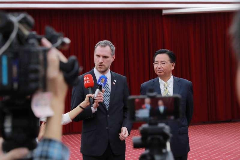 布拉格市長賀吉普29日在我國外交部接受媒體訪問,外交部長吳釗燮也親自歡迎他。(Zdeněk Hřib@facebook)