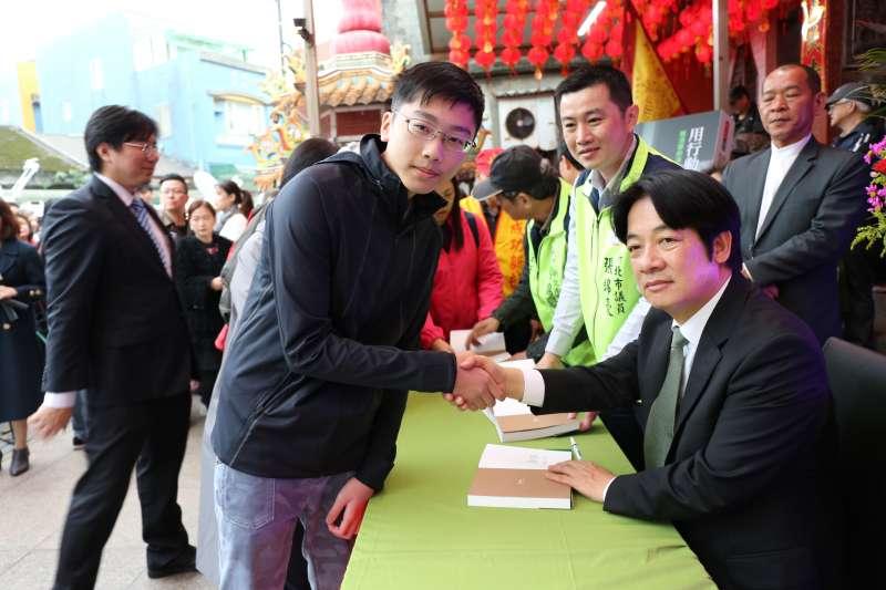 前行政院長賴清德(右)31日回到故鄉新北市萬里舉行新書《用行動帶來希望》簽書會。(賴清德辦公室提供)