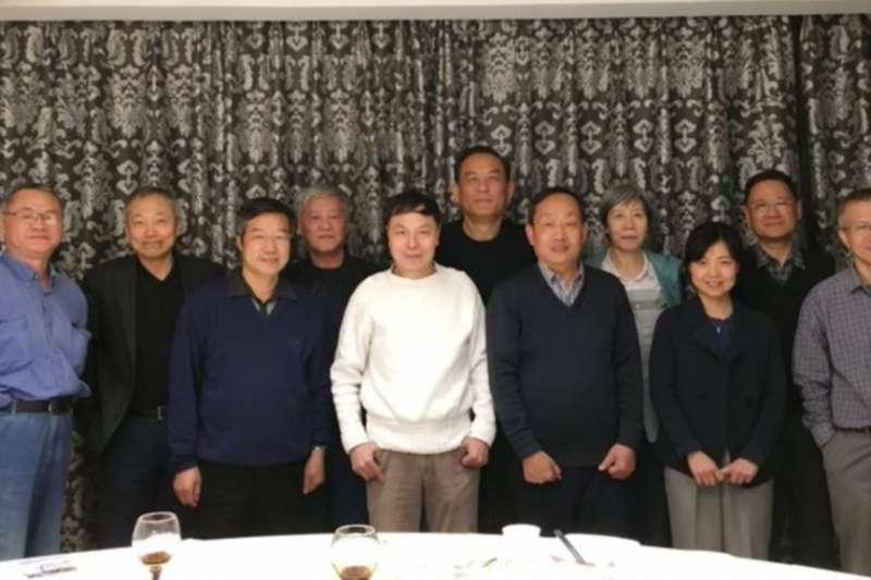 中國獨立學者榮劍在推特上發表的照片,推文是「昨晚,許先生的後援團。」(VOA)