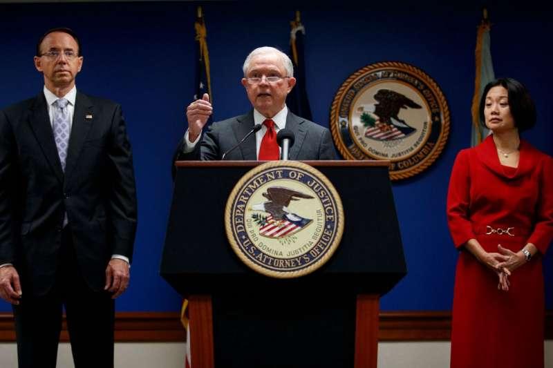 台裔劉潔西(右)與美國前司法部長賽辛斯及次長羅森斯坦(AP,資料照)