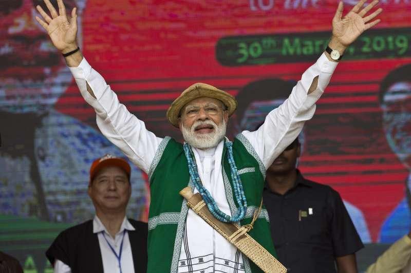 2019年3月30日,印度總理莫迪在造勢活動上向支持者揮手。(美聯社)