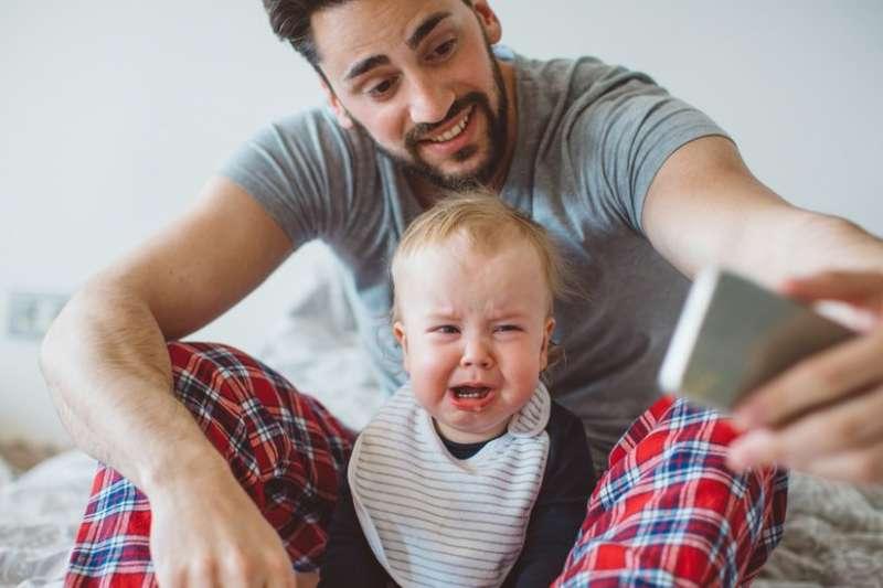 許多家長都喜歡在臉書、IG上po照片曬娃,他們覺得很可愛忍不住分享,卻沒顧慮到小孩可能會覺得很尷尬,甚至不安全……(圖/Getty Images,BBC提供)