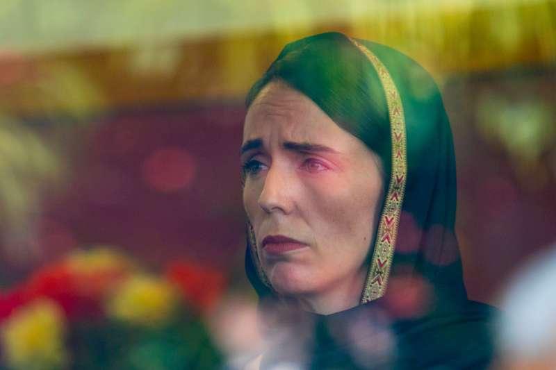 2019年3月,紐西蘭基督城恐怖攻擊,總理雅頓(Jacinda Ardern)慰問死傷者家屬(Kirk Hargreaves@Wikipedia / CC BY 4.0)