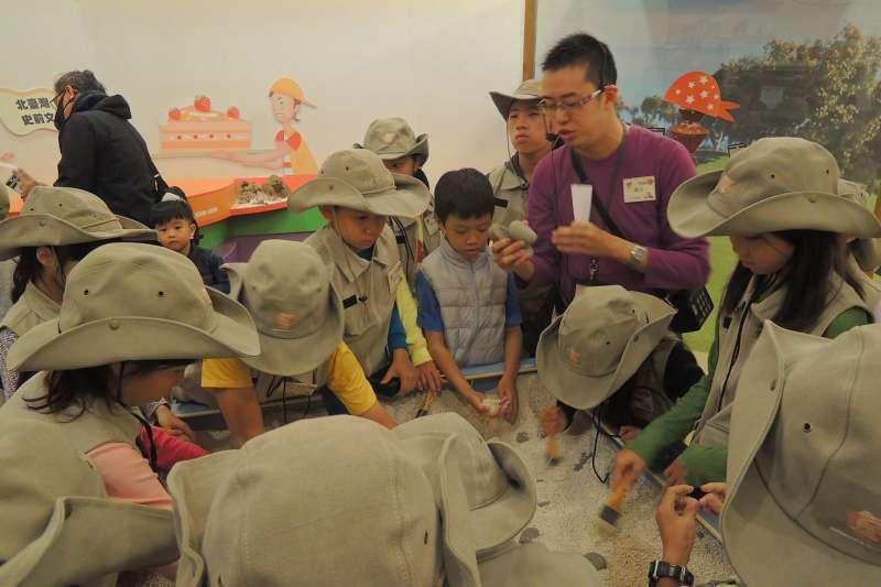 十三行博物館「考古挖挖哇大進擊」,讓小朋友穿戴帥氣考古帽及專業工作服進行挑戰,更能融入情境增加刺激度。  (圖/新北市十三行博物館提供)
