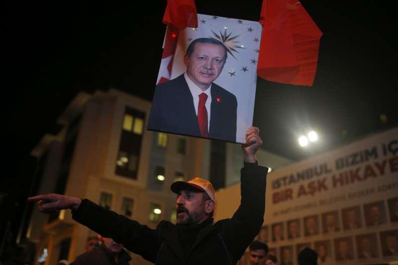 3月31日是土耳其地方選舉,選舉當晚,土耳其總統艾爾多安的伊斯坦堡支持者舉著他的照片(美聯社)