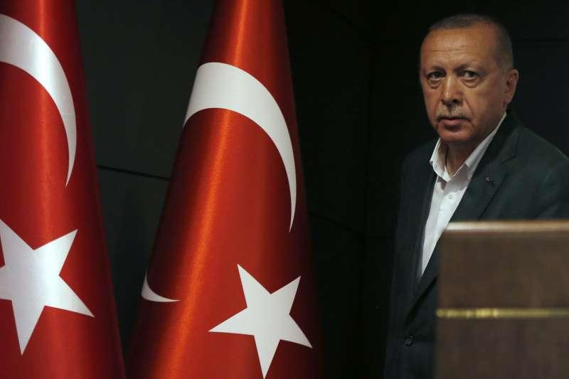 3月31日晚間,土耳其總統艾爾多安在記者會上承認執政黨「正義與發展黨」輸了幾個城市的選舉。(美聯社)
