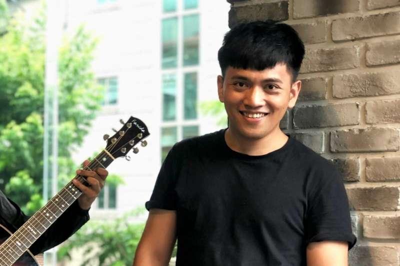 創作歌手全世煌說最辛苦的時候,常常不懂自己活著到底為了什麼,只能禱告希望下次被打的時候不要那麼痛,也習慣到附近的河流唱歌抒發情緒,但他知道自己不能倒下,必須為了妹妹努力活下去。(圖/全世煌 A-Huang臉書粉專)
