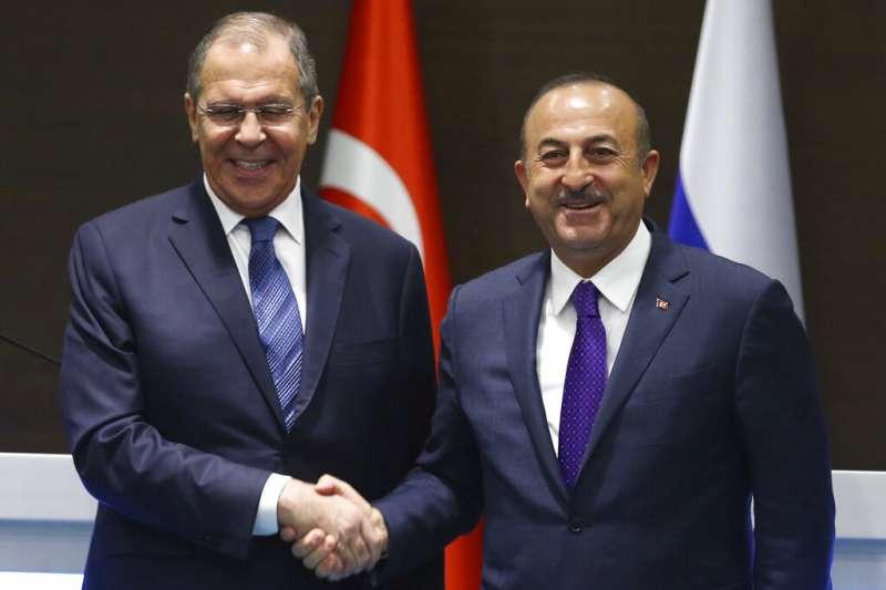 俄國外長拉夫羅夫與土耳其外長恰武什奧盧。(美聯社)
