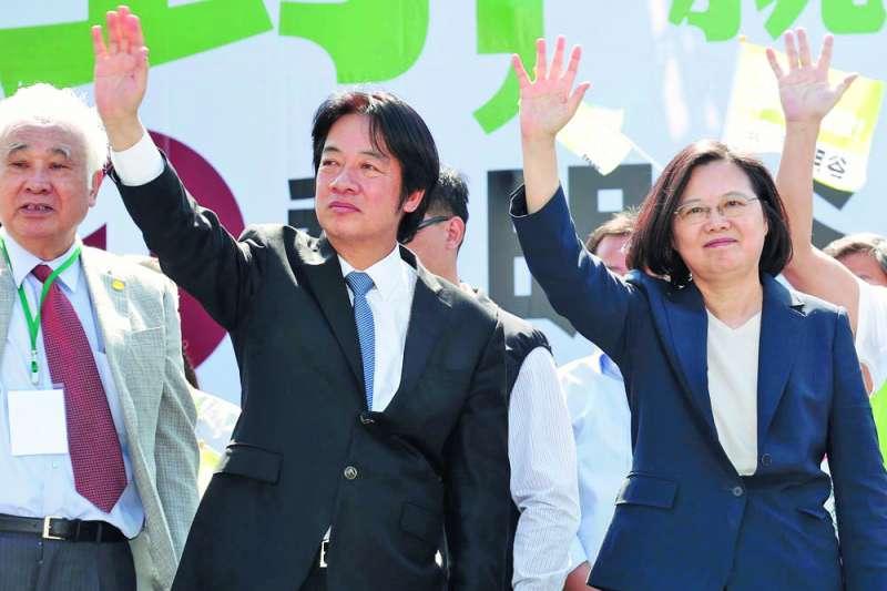 一旦協調破局,蔡英文(右)將與她的前任行政院長賴清德(中)進行辯論,初選爭勝。(郭晉瑋攝)