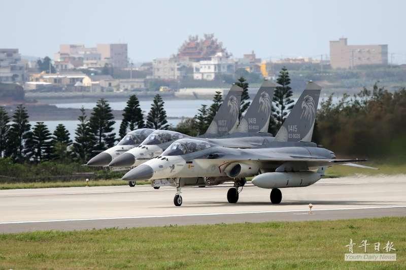 每年4月到9月,IDF經國號戰機前推至澎湖駐防,成為台海防衛作戰最前線兵力,縮短預警時間。(資料照,取自青年日報)