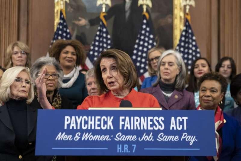眾議院議長裴洛西在國會山的一次倡導男女同工同酬並推動《公平工資法》的活動上講話。(美國之音)