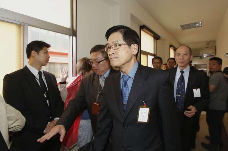 國防部長嚴德發(前)稱潛艦國造第一階段設計的輸出許可都已取得。(郭晉瑋攝)