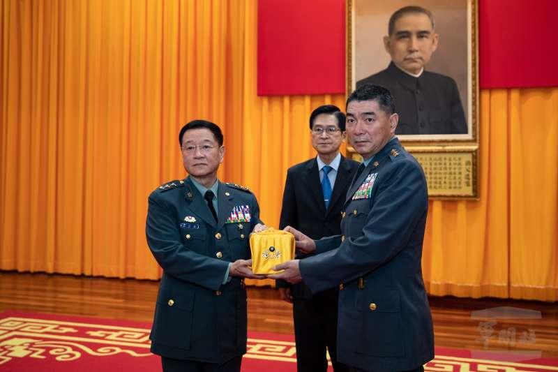 國軍近日完成多個高階重要職務調動,陳寶餘上將(右)接任陸軍司令。(取自軍聞社)