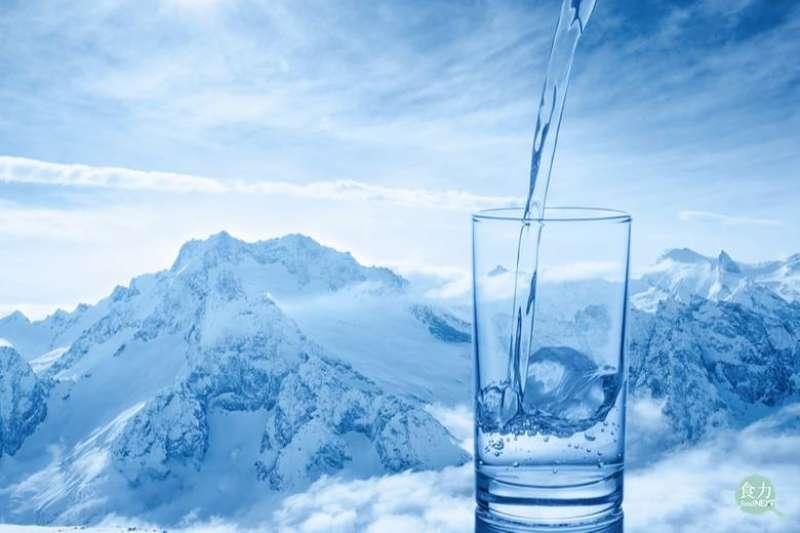 你喝得出冰河水和一般瓶裝水不一樣的口感嗎?(圖/食力提供)