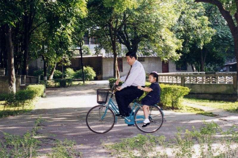 習近平在任職福建省長期間,用腳踏車載著愛女習明澤兜風。(美聯社)