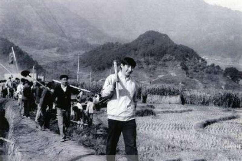 習近平雖是太子黨,但文革時期因為父親失勢,也被抄家毆打批鬥後,下放農村。