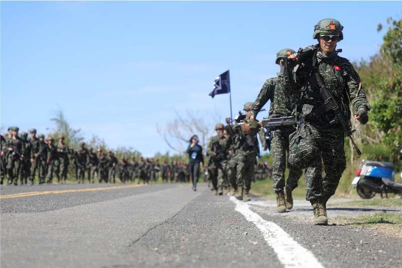 20190403-海軍陸戰隊運用兵科基地訓練時間,以兩個分屬不同陸戰旅的營級單位,5天4夜在屏東地區走200公里以上,期間透過對抗、射擊測驗,考驗官兵意志。(取自青年日報)