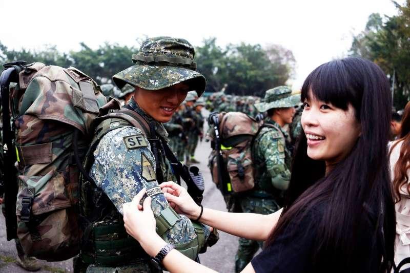 20190403-陸軍特指部特4營官兵完成濱海城鎮要地行軍訓練後,官兵在親友協助下,別上有「COAST URBAN OPNS」字樣的榮譽臂章,和家人分享完訓的驕傲和感動。(取自國防部發言人臉書)