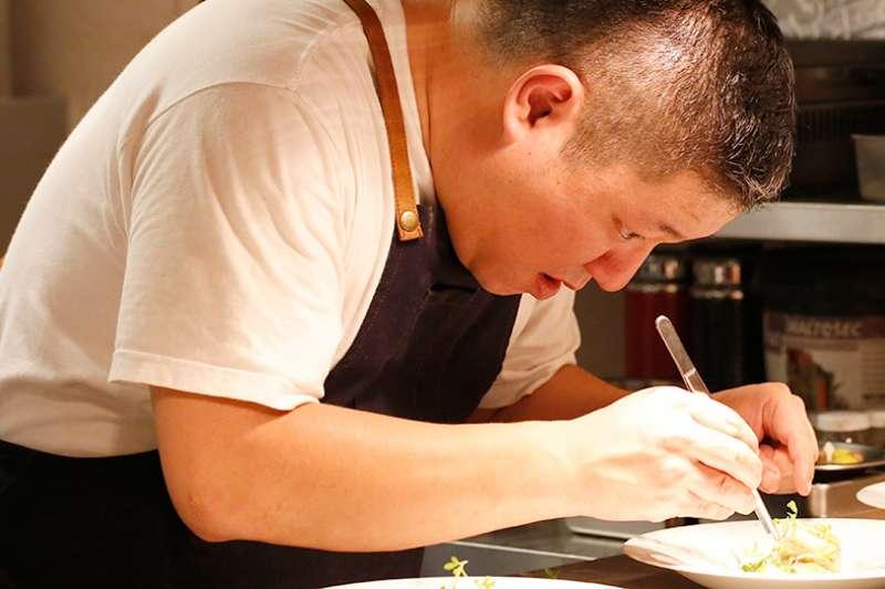 連續五年獲得米其林一星的法式料理大廚武田健志,在東京餐廳歇業之後,全力投入下一站的高雄新餐廳。(圖/國城建設集團提供)