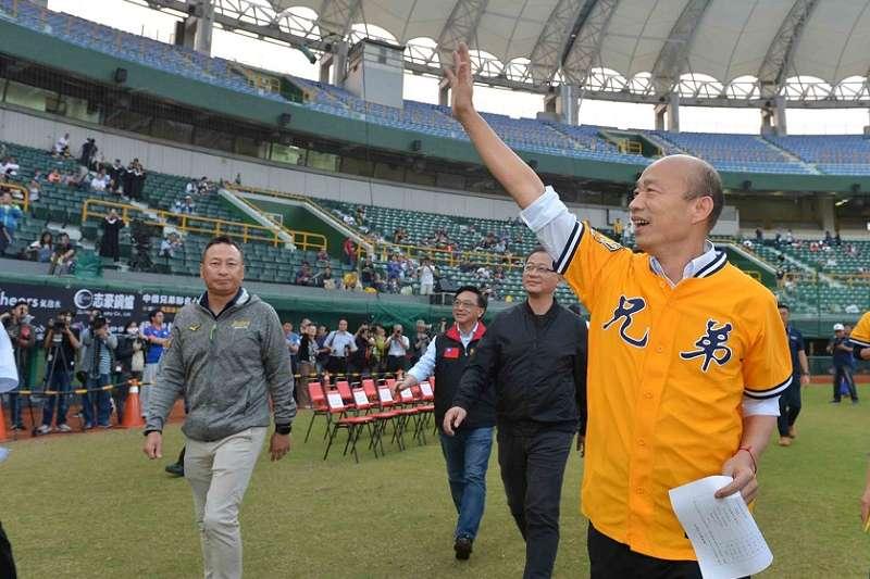 高雄市長韓國瑜把國民黨當兄弟,國民黨把韓國瑜當葉克膜。圖為韓國瑜出席中職開幕。(高雄市政府)