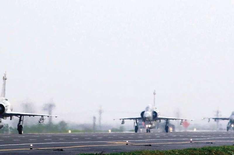 台灣以高價格向美國購買戰機等,作者認為,長遠來看,台灣的安全並不在採購多少軍火,而在政治與經濟。(多維觀點提供)