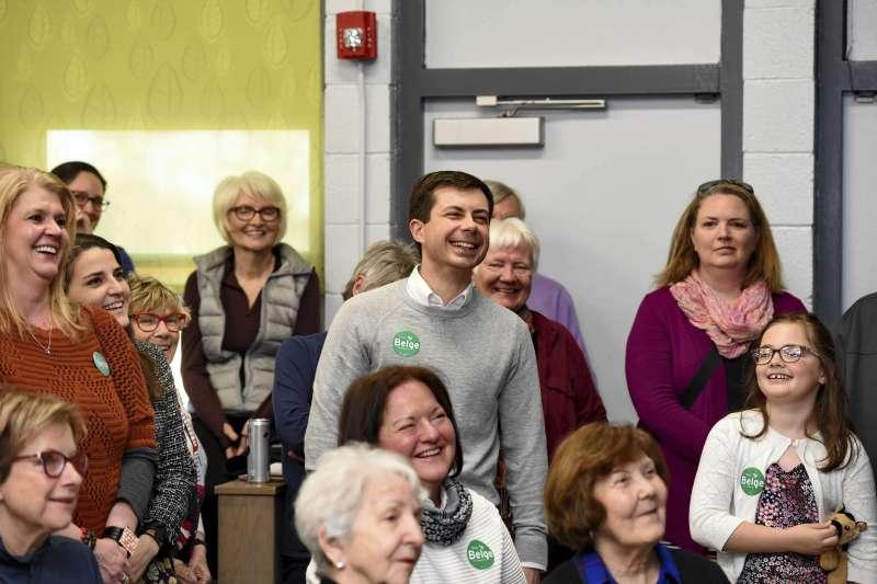 美國民主黨總統初選參選人、印第安納州南本德同志市長布德賈吉與支持者(AP)