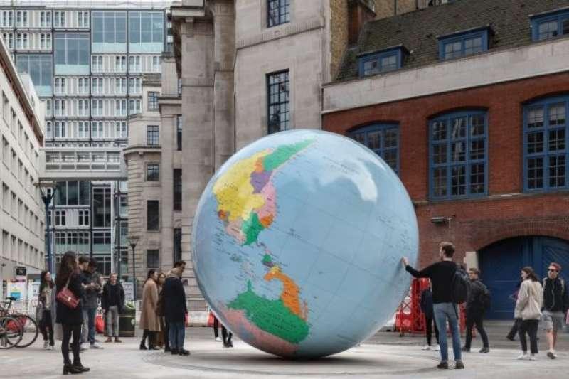 倫敦政經學院(LSE)校內裝置藝術品「反轉的世界」(The World Turned Upside Down),其中地圖上的標註引發風波,台灣留學生也對此發出抗議連署。(取自LSE網站)