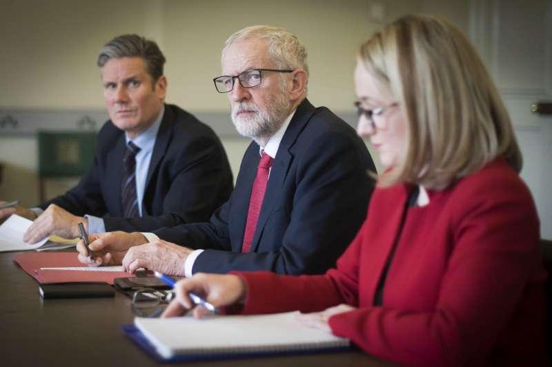 2019年4月,英國脫歐陷入癱瘓渾沌,這是工黨領導人柯賓(中)及其談判團隊(AP)