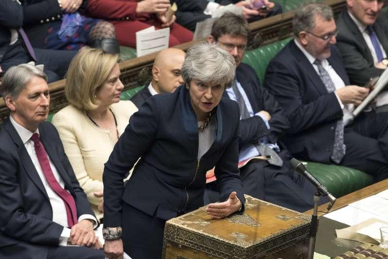 2019年4月,英國脫歐陷入癱瘓渾沌,這是首相梅伊在下議院接受質詢(AP)