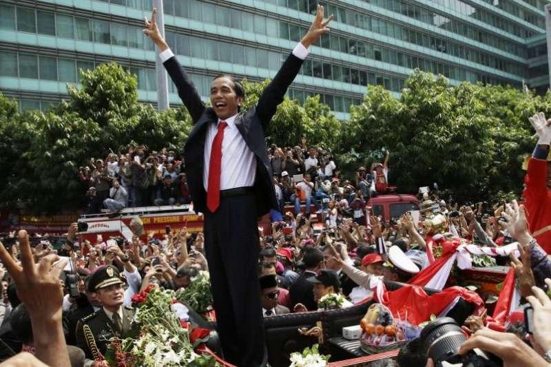 台灣與印尼的民主發展,過去兩地選舉都曾受操控,都是充滿活力但不完美的民主進程。圖為2014年印尼總統佐科威就職後向慶祝的民眾致意。(資料照,美聯社)