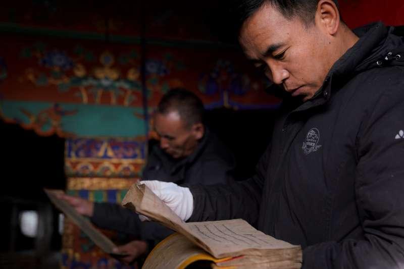 布達拉宮管理處工作人員開展前期古籍文獻普查登記工作。(新華社)