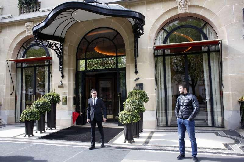 汶萊蘇丹博爾基亞以嚴刑峻法迫害同性戀者,各界呼籲抵制他擁有股權的旅館,包括這家位於巴黎的雅典娜廣場酒店(Le Plaza Athenee)(AP)