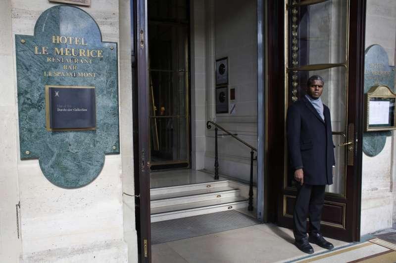 汶萊蘇丹博爾基亞以嚴刑峻法迫害同性戀者,各界呼籲抵制他擁有股權的旅館,包括這家位於巴黎的莫里斯酒店(Le Meurice)(AP)