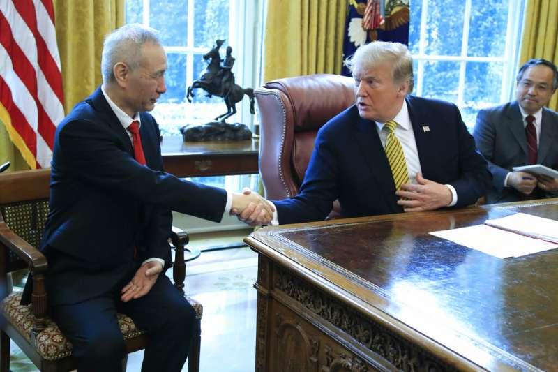 美國總統川普在白宮橢圓形辦公室會見中國國家副總理劉鶴。(美聯社資料照)