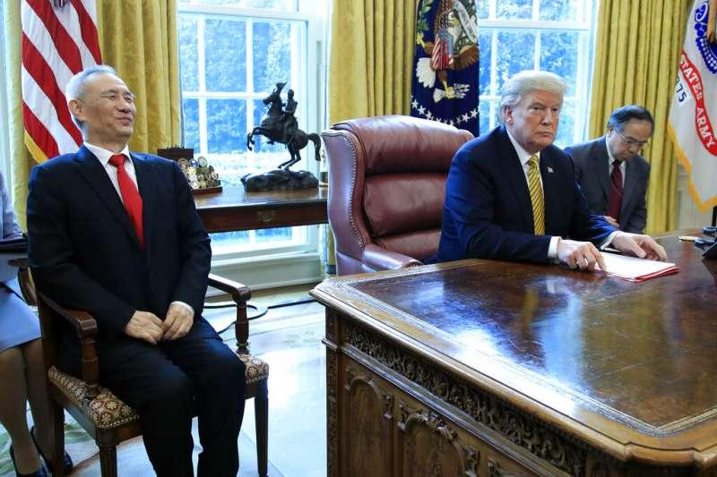 美國總統川普在白宮橢圓形辦公室會見中國國家副總理劉鶴。(美聯社)
