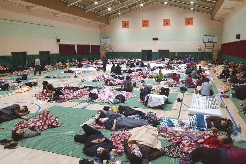 南韓江原道4日晚間發生森林大火,而且迅速延燒市區。束草市有許多災民都被安置在臨時開設的收容中心。(美聯社)