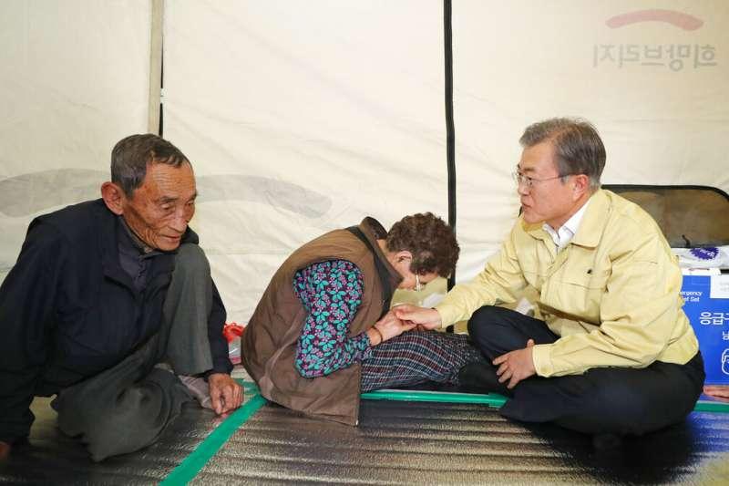 南韓總統文在寅5日親自到江原道災區去探望災民。(美聯社)
