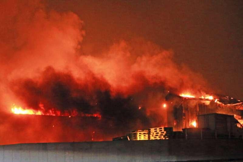 南韓江原道東部地區4日晚間發生大規模火災。(美聯社)